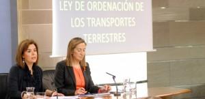 La vicepresidenta del Gobierno, Soraya Sáenz de Santamaría, y la ministra de Fomento, Ana Pastor. La Moncloa, Madrid - 07/12/201